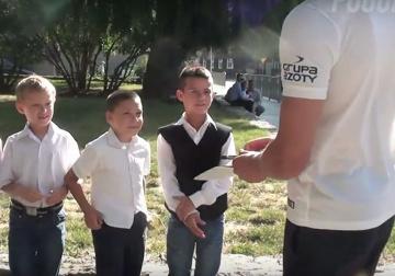Piłkarze Pogoni Szczecin rozdawali pod szkołami granatowo-bordowy plan lekcji