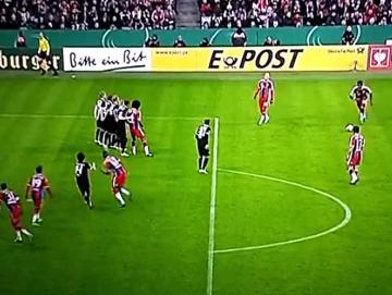 Piękny gol Alaby z rzutu wolnego w Pucharze Niemiec (WIDEO)