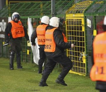 Awantura na meczu GKS Katowice - Zagłębie Lubin. Ucierpiała przenośna toaleta (WIDEO)