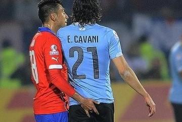 Bulwersujące zachowanie Gonzalo Jary. Chilijczyk sprowokował Cavaniego (WIDEO)