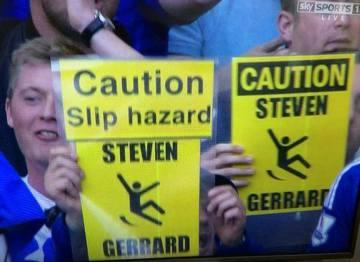Kibice Chelsea docinali Gerrardowi w trakcie meczu